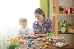 2 όλα τα αυγά Πάσχας έννοιας νεοσσών κάδων ανθίζουν τη χλόη χρωμάτισαν τις τοποθετημένες νεολαίες Ευτυχής μητέρα και το χαριτωμέν Στοκ φωτογραφίες με δικαίωμα ελεύθερης χρήσης