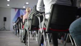 Όλα τα καθίσματα είναι πολυάσχολα στη μεγάλη αίθουσα για το βλέμμα Μελέτη της διαχείρισης της επιχείρησης φιλμ μικρού μήκους