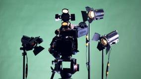 Όλα τα φω'τα ενός συνόλου μαγνητοσκόπησης ανοίγουν ένα προς ένα απόθεμα βίντεο