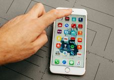 Όλα τα apps, στο iPhone 7 συν τα προγράμματα εφαρμογών Στοκ φωτογραφίες με δικαίωμα ελεύθερης χρήσης