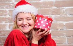 Όλος θέλω για τα Χριστούγεννα Συγκινημένο γυναίκα δώρο ανοίγματος από Άγιο Βασίλη Ενθουσιασμός Παραμονής Χριστουγέννων Χριστούγεν στοκ φωτογραφίες με δικαίωμα ελεύθερης χρήσης