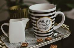 Όλος που χρειάζεστε το πρωί είναι καφές στοκ εικόνες