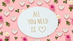 Όλο που χρειάζεστε είναι μήνυμα αγάπης με τα τριαντάφυλλα και τις καρδιές στοκ εικόνες