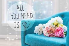 Όλο που χρειάζεστε είναι μήνυμα αγάπης με τις ανθοδέσμες λουλουδιών με την καρέκλα στοκ φωτογραφία με δικαίωμα ελεύθερης χρήσης