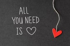 Όλο που χρειάζεστε είναι μήνυμα αγάπης με τις καρδιές εγγράφου στοκ εικόνα