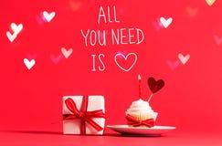 Όλο που χρειάζεστε είναι μήνυμα αγάπης με το cupcake και την καρδιά στοκ φωτογραφία με δικαίωμα ελεύθερης χρήσης