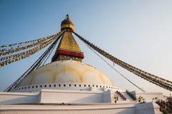 όλο το γιγαντιαίο χρυσό ημισφαίριο Κατμαντού Νεπάλ πρώτου πλάνου ματιών του Βούδα boudhanath που βλέπει το μικρότερο κορυφαίο λευ Στοκ Εικόνα