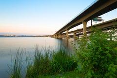 Όμηρος M Αναμνηστική γέφυρα Hadley πέρα από τη λίμνη Ουάσιγκτον στο Σιάτλ Στοκ εικόνα με δικαίωμα ελεύθερης χρήσης