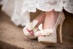 Όμορφα άσπρα κρεμώδη δαντελλωτός γαμήλια παπούτσια στοκ εικόνες