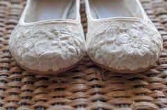 Όμορφα άσπρα νυφικά παπούτσια δαντελλών Στοκ Εικόνα