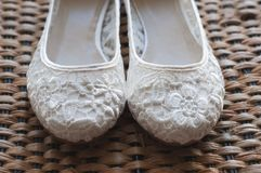 Όμορφα άσπρα νυφικά παπούτσια δαντελλών Στοκ Φωτογραφίες