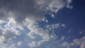 Όμορφα άσπρα σύννεφα, μπλε ουρανός, βίντεο χρονικού σφάλματος απόθεμα βίντεο
