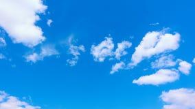 Όμορφα άσπρα σύννεφα που κινούνται πέρα από το θερινό μπλε ουρανό φιλμ μικρού μήκους