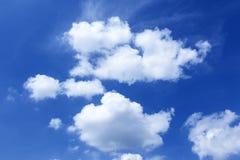 Όμορφα άσπρα σύννεφα στο υπόβαθρο μπλε ουρανού στοκ φωτογραφία με δικαίωμα ελεύθερης χρήσης