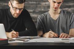 Όμορφα άτομα που κάνουν τη γραφική εργασία Στοκ φωτογραφία με δικαίωμα ελεύθερης χρήσης