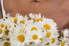 Όμορφα άτομο και λουλούδια ημέρας ρωμανικό s καρδιών απομονωμένο απεικόνιση λευκό βαλεντίνων αγάπης Στοκ εικόνες με δικαίωμα ελεύθερης χρήσης