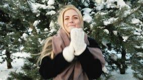 Όμορφα άλματα γυναικών στον παγετό που παίρνει θερμαμένο, χειμερινό τοπίο φιλμ μικρού μήκους