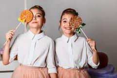 Όμορφα έφηβη στις ρόδινες φούστες tutu με τα lollipops και macaroons και fansy κέικ στο στούντιο στο άσπρο υπόβαθρο στοκ φωτογραφίες με δικαίωμα ελεύθερης χρήσης