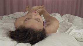 Όμορφα ίχνη κοριτσιών εφήβων επάνω στο βίντεο μήκους σε πόδηα κρεβατιών και αποθεμάτων χαμόγελων απόθεμα βίντεο