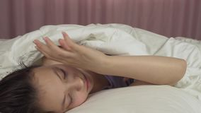 Όμορφα ίχνη κοριτσιών εφήβων επάνω στο βίντεο μήκους σε πόδηα κρεβατιών και αποθεμάτων χαμόγελων φιλμ μικρού μήκους