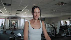 Όμορφα αθλητικά ευτυχή τραίνα γυναικών treadmill στη γυμναστική απόθεμα βίντεο