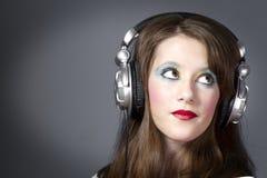 όμορφα ακουστικά κοριτσιών Στοκ εικόνα με δικαίωμα ελεύθερης χρήσης