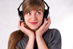 όμορφα ακουστικά κοριτσ Στοκ εικόνες με δικαίωμα ελεύθερης χρήσης