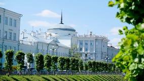 Όμορφα αρχιτεκτονικά σπίτια στην αρχαία πόλη της Ρωσίας r Ηλιόλουστη ημέρα στην πόλη απόθεμα βίντεο