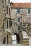 Όμορφα αρχιτεκτονικές και κτήρια στην παλαιά πόλη Sibenik Κροατία Στοκ εικόνα με δικαίωμα ελεύθερης χρήσης