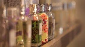Όμορφα αρώματα σε ένα προσδίδον γόητρο κατάστημα απόθεμα βίντεο