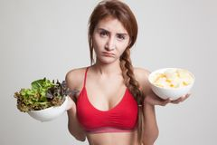 Όμορφα ασιατικά υγιή τσιπ σαλάτας και πατατών κοριτσιών Στοκ εικόνες με δικαίωμα ελεύθερης χρήσης