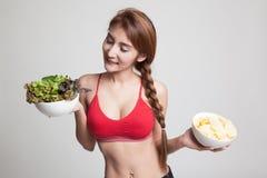 Όμορφα ασιατικά υγιή τσιπ σαλάτας και πατατών κοριτσιών Στοκ Φωτογραφίες