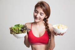 Όμορφα ασιατικά υγιή τσιπ σαλάτας και πατατών κοριτσιών Στοκ φωτογραφίες με δικαίωμα ελεύθερης χρήσης