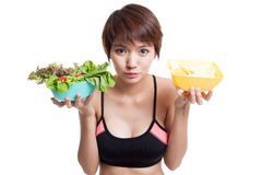 Όμορφα ασιατικά υγιή τσιπ σαλάτας και πατατών κοριτσιών Στοκ φωτογραφία με δικαίωμα ελεύθερης χρήσης