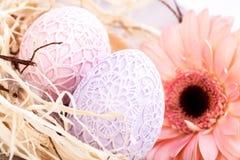 Όμορφα αυγά Πάσχας στις πλεγμένες καλύψεις Στοκ Εικόνα