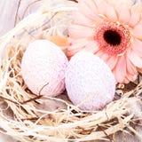Όμορφα αυγά Πάσχας στις πλεγμένες καλύψεις Στοκ Εικόνες