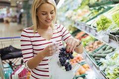 Όμορφα λαχανικά και φρούτα αγορών γυναικών Στοκ Εικόνες