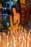 Όμορφα βιρμανός κεριά πυρκαγιάς γυναικών στο βουδιστικό ναό κατά τη διάρκεια Thadingyut ή του φεστιβάλ φωτισμού σε Mawlamyine, Βι Στοκ Εικόνα