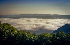 Όμορφα βουνά και πρωί μπλε ουρανού Carpathians Ukr Στοκ εικόνα με δικαίωμα ελεύθερης χρήσης