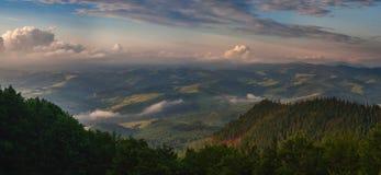 Όμορφα βουνά και πρωί μπλε ουρανού Carpathians Ukr Στοκ φωτογραφία με δικαίωμα ελεύθερης χρήσης