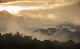 Όμορφα βουνά με τα σύννεφα και τις ομίχλες στοκ φωτογραφία με δικαίωμα ελεύθερης χρήσης