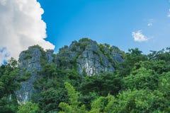 Όμορφα βουνά με το τοπίο πράσινων εγκαταστάσεων και μπλε ουρανού Στοκ φωτογραφίες με δικαίωμα ελεύθερης χρήσης