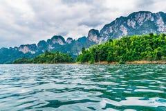 Όμορφα βουνά στο φράγμα Ratchaprapha σε Khao Sok εθνικό PA Στοκ Εικόνες
