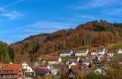 Όμορφα βουνά τοπίων βουνών στη Γερμανία Μικρό ορεινό χωριό με τα αρχικά σπίτια και τα εξοχικά σπίτια Στοκ εικόνα με δικαίωμα ελεύθερης χρήσης