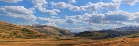όμορφα βουνά τοπίων ορεινών περιοχών altai στοκ εικόνες
