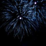 Όμορφα γαλαζοπράσινα πυροτεχνήματα όπως τα αστέρια Στοκ εικόνες με δικαίωμα ελεύθερης χρήσης