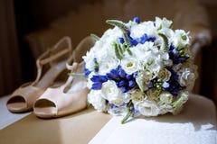 Όμορφα γαμήλια ζωηρόχρωμα ανθοδέσμη και παπούτσια για τη νύφη Στοκ Εικόνα