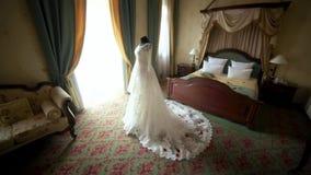 Όμορφα γαμήλια φορέματα στο μανεκέν στα διαμερίσματα ξενοδοχείων απόθεμα βίντεο