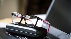 Όμορφα γυαλιά και lap-top ματιών Στοκ Φωτογραφίες