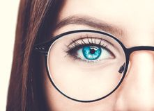 όμορφα γυαλιά που φορούν τις νεολαίες γυναικών Κλείστε αυξημένος στοκ φωτογραφία